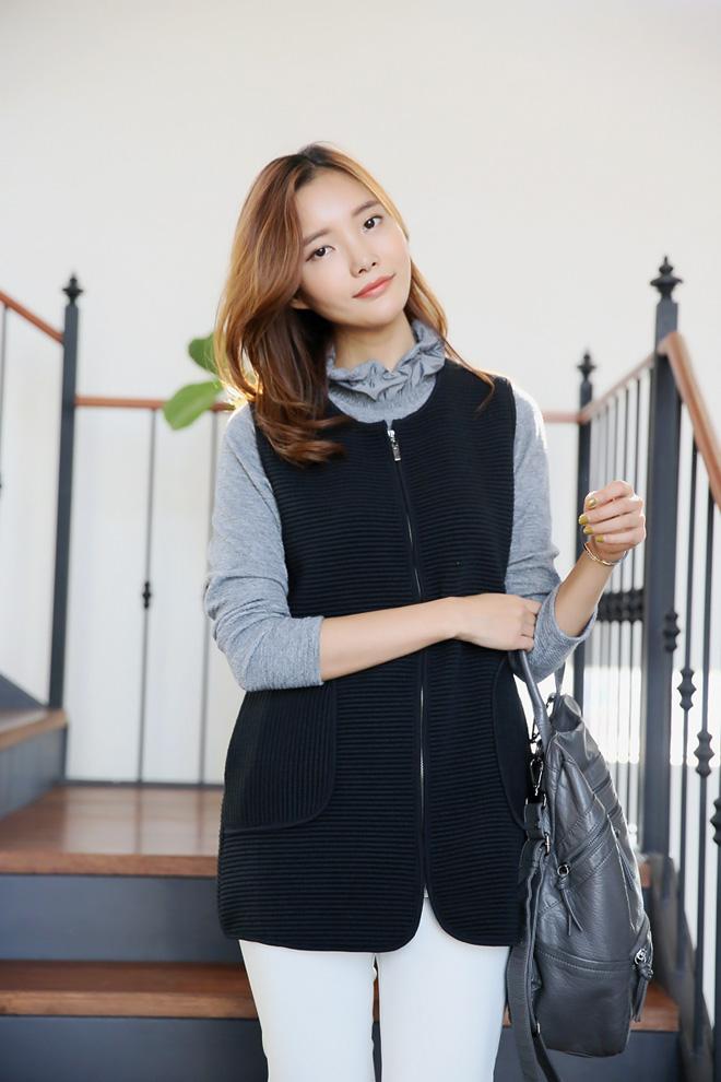 요렇게 목폴라 하나에 겨울철 이너로 입기 너무 좋은 조끼예요 ^^ 얇고 따뜻하고 착용감 좋구요