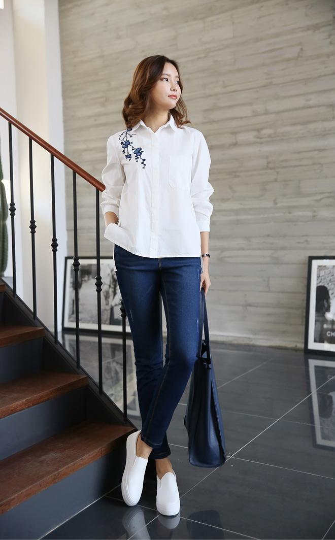 초코맘은 블루플라워 자수셔츠 + 내추럴 데님밴딩팬츠를 함께 코디해보았답니다~^^