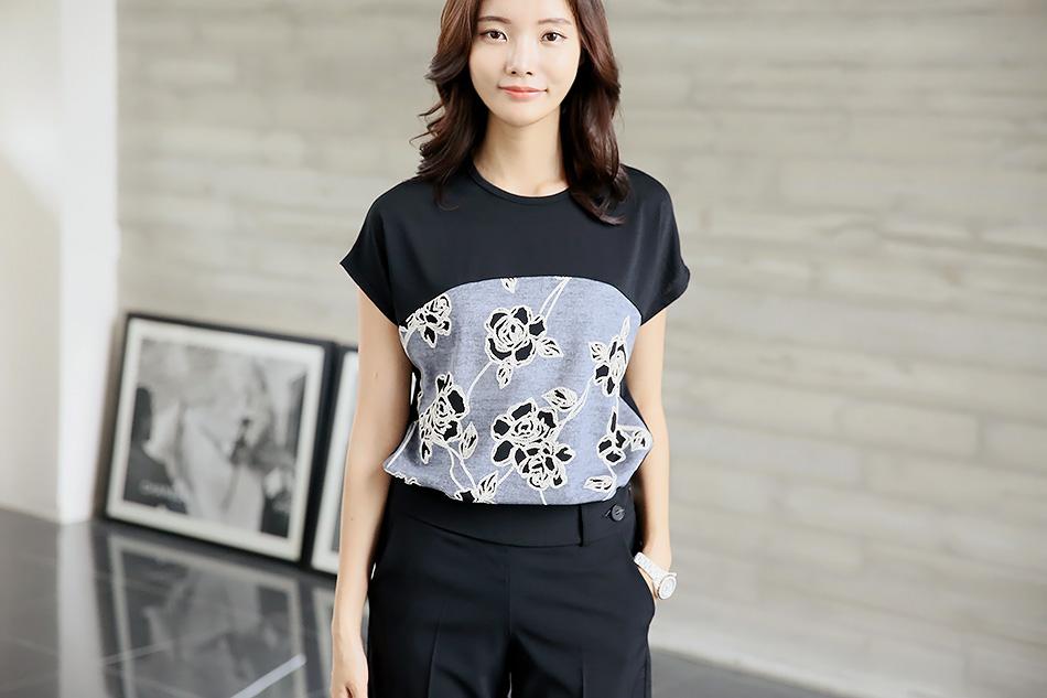 배색 색감과 꽃나염이 멋스러운 티셔츠에요 ^^