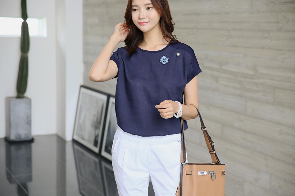 블라우스, 티셔츠 느낌으로 다양하게 연출가능해요 :)