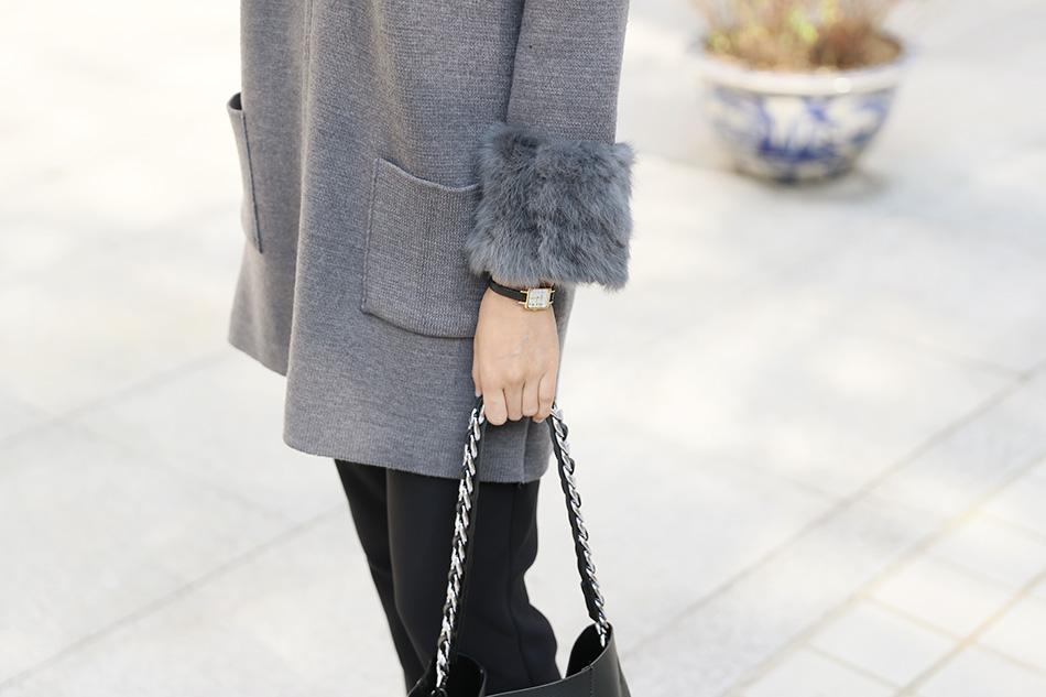 도톰한 니트코트 위에 토끼털 소매배색.