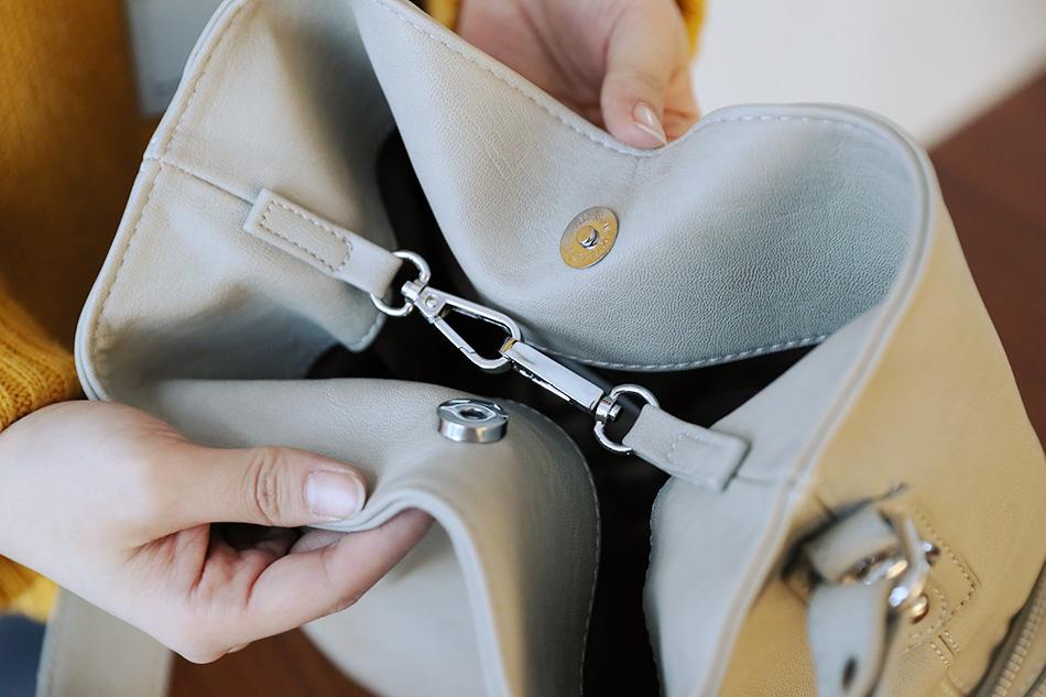가방의 형태를 잡아주는 고리 디테일로 다양한 연출가능해요 ^^