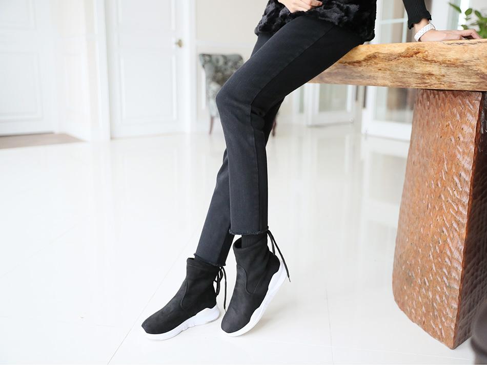 블랙컬러 데님은 부담없이 입기 좋아요.
