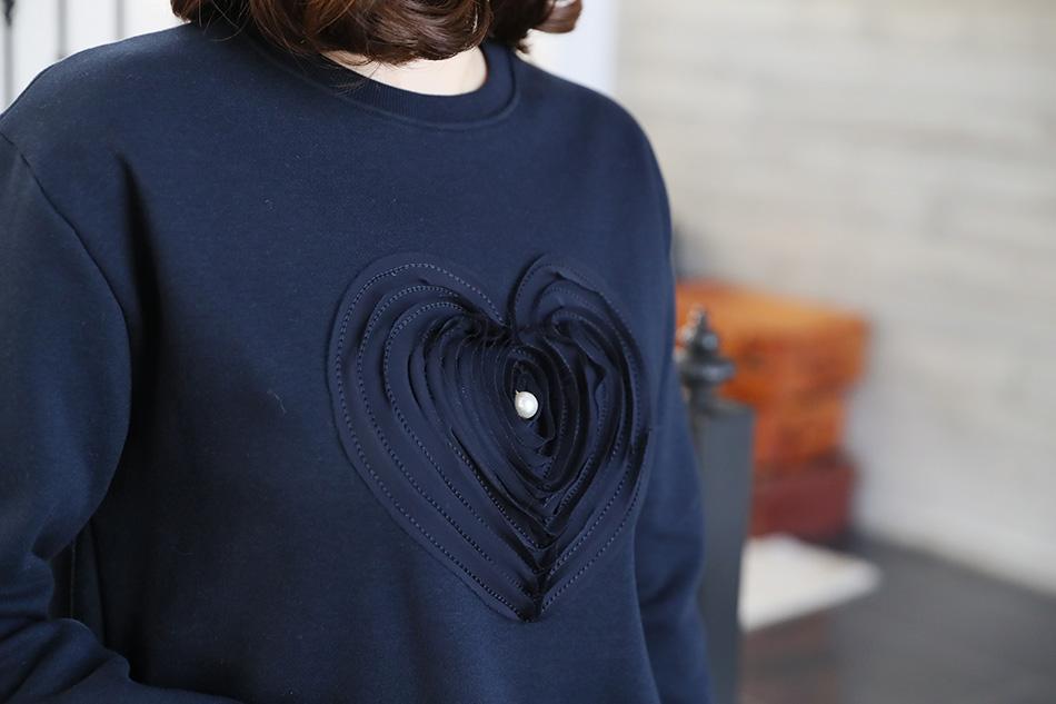 이렇게 여성스러운 맨투맨 티셔츠는 보기 드물죠..^^