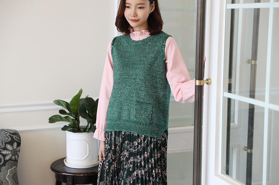 베이직한 디자인으로 두루두루 입기 좋은 니트조끼 :)