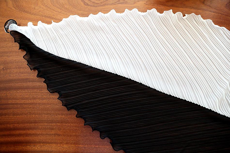 마름모꼴로 두장이 연결된 형태.