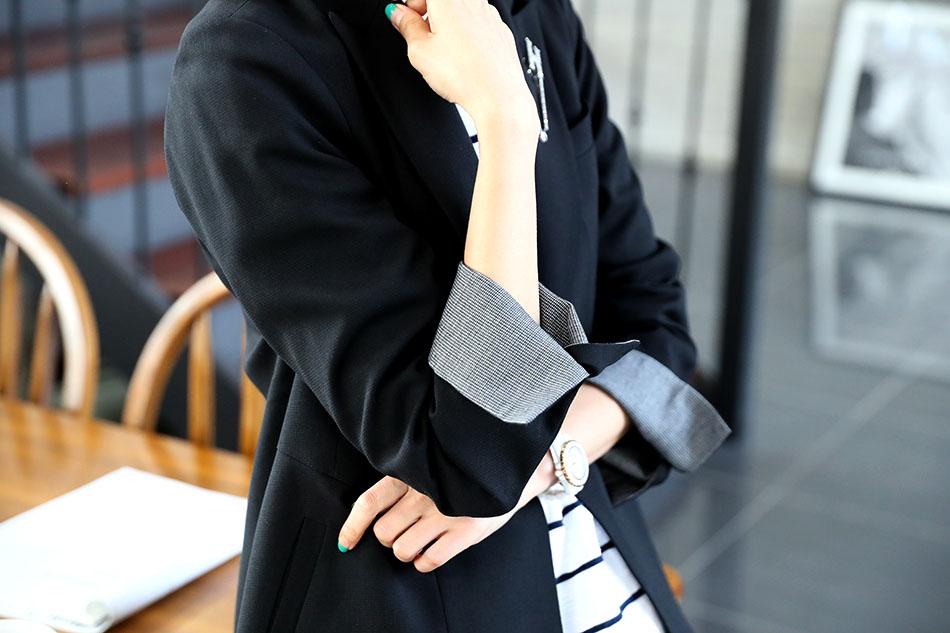 블랙의 소매안감은 체크배색.