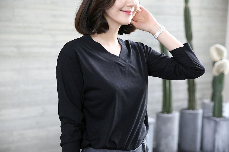 V넥으로 깔끔한 티셔츠 :)