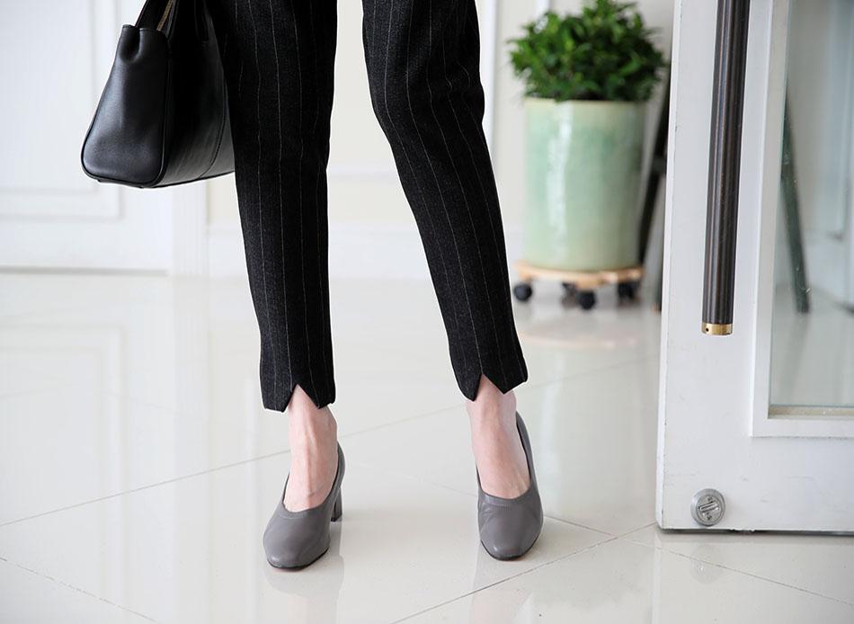 발목을 가늘게 보이게 해줄 V 모양 디테일 : )(슬림)