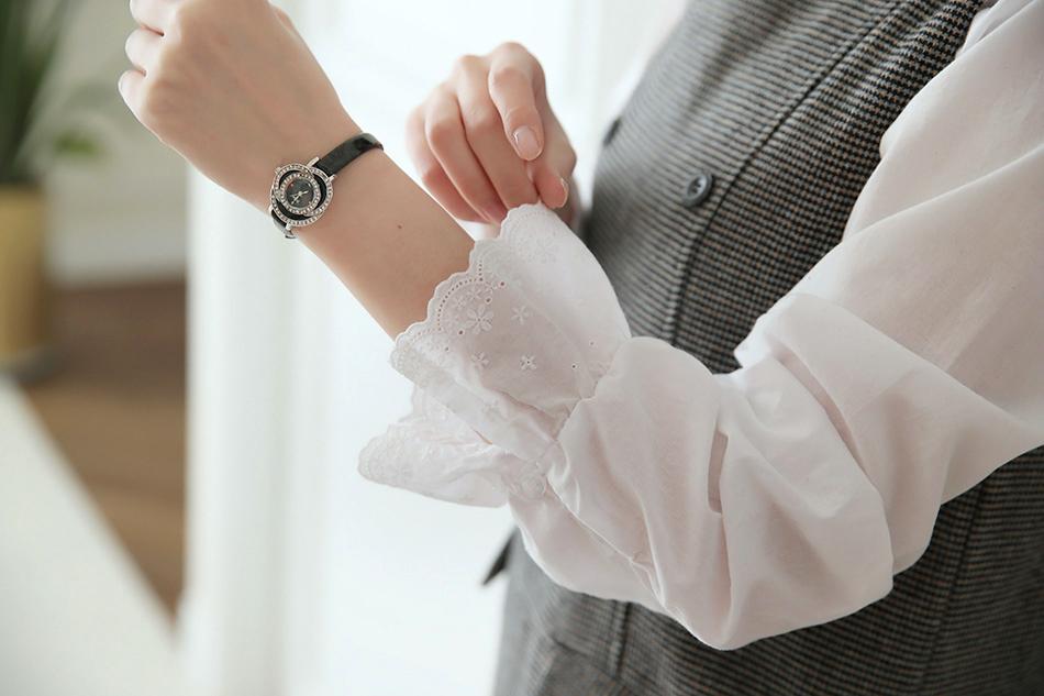 로맨틱한 스타일의 레이스카라블라우스..