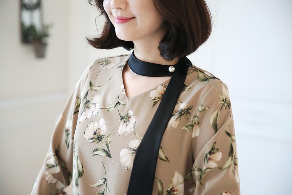 쵸커 목걸이 같은 스카프가 포인트 ^^