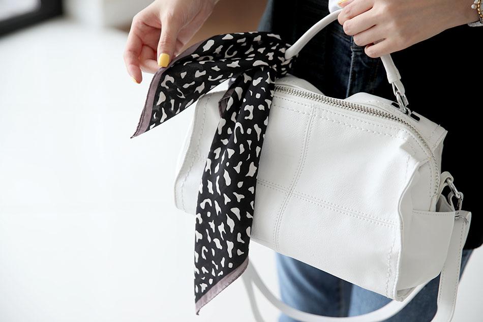 쌀쌀할때는 스카프, 낮에는 가방에 포인트로 ^^