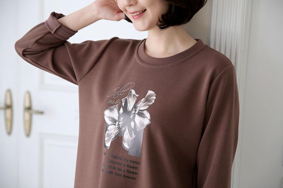 플라워 나염이 포인트인 티셔츠에요^^