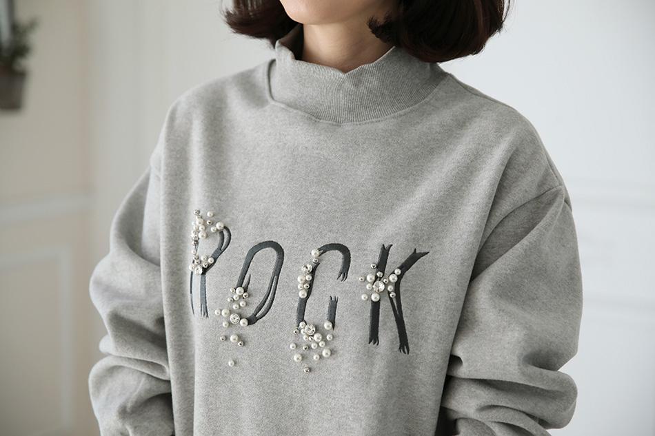 목을 따뜻하게 감싸주는 폴라넥 디자인