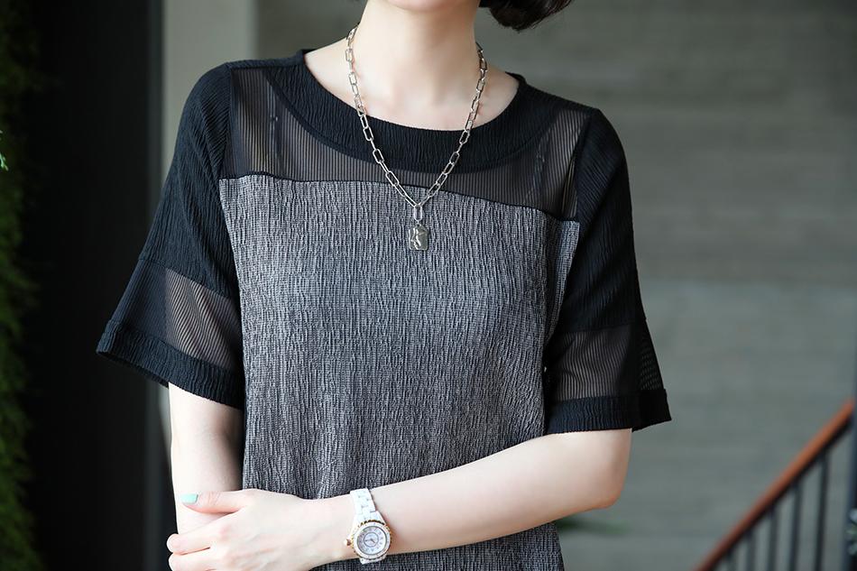 세련된 시스루 스타일의 배색티셔츠